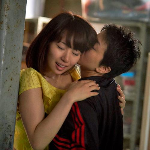映画「過激派オペラ」で早織(右)を相手に大胆な艶技を披露する増田有華