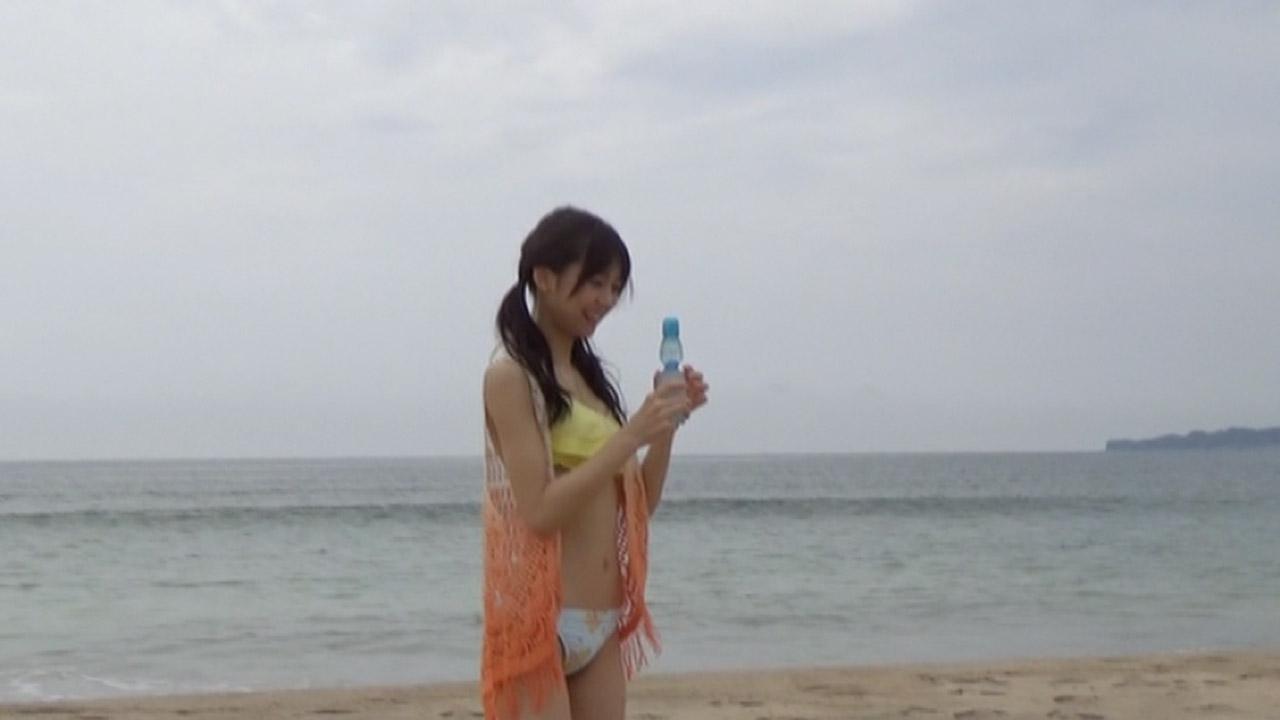 ビーチでビキニの水着を着た宮崎由加