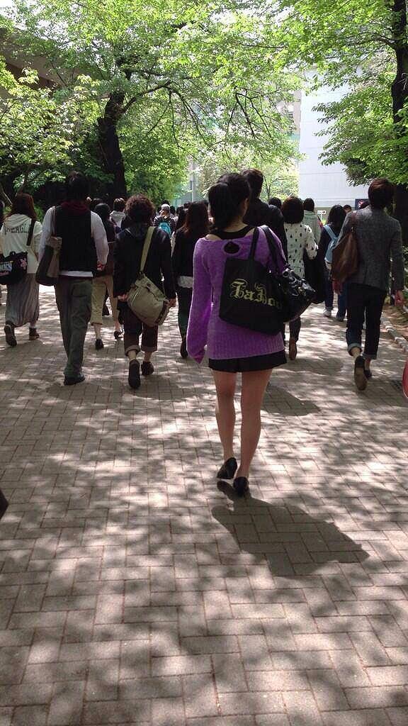 超ミニスカートを履いて歩く佳子様