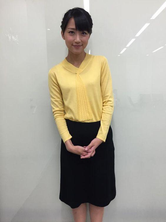 ブラウスを着た竹内由恵アナ