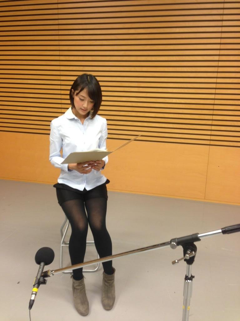 黒タイツにショートパンツを履いた竹内由恵アナの太もも