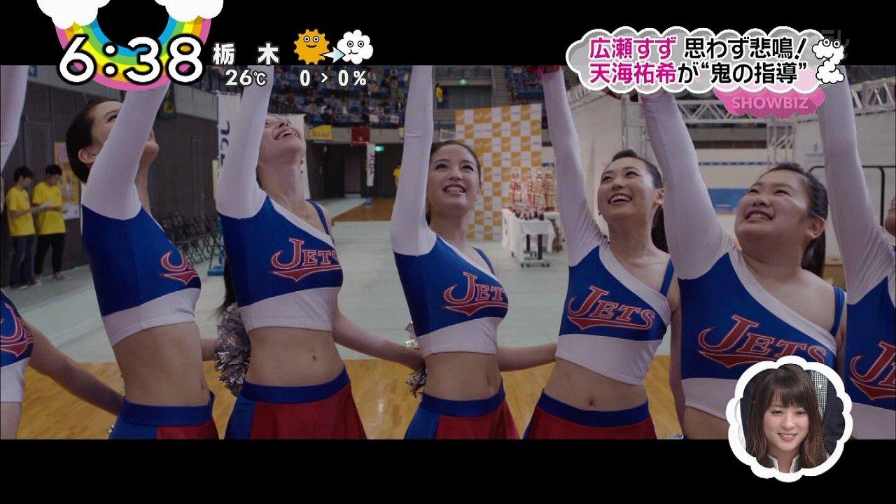 映画「チア☆ダン」でチアガール衣装を着た広瀬すずの着衣巨乳