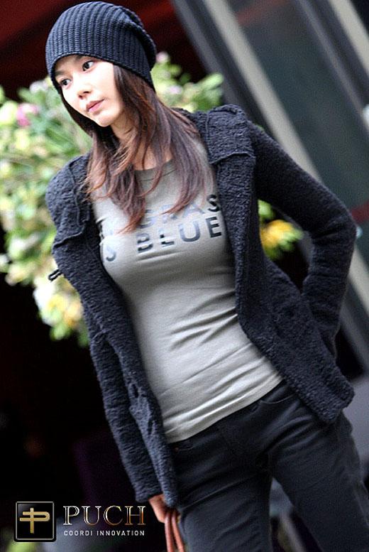 Tシャツを着た韓国モデル、キム・インソの着衣巨乳