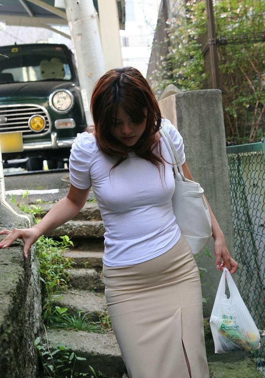 Tシャツを着た主婦の着衣巨乳