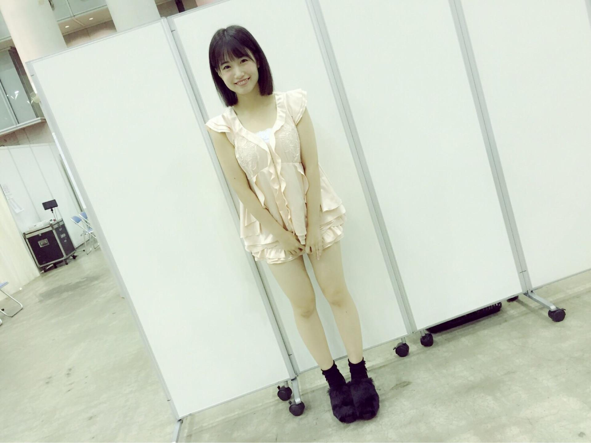 エロい私服を着ておっぱい強調ポーズをしている朝長美桜