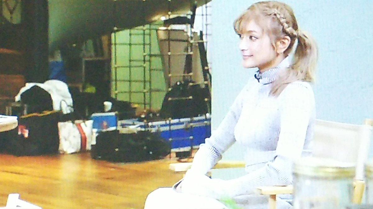 フジテレビ「めざましテレビ」にニットを着て出演したローラの着衣巨乳