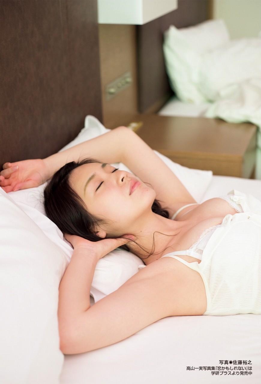 高山一実写真集「恋かもしれない」画像(下着姿で寝て乳輪ポロリしている高山一実)