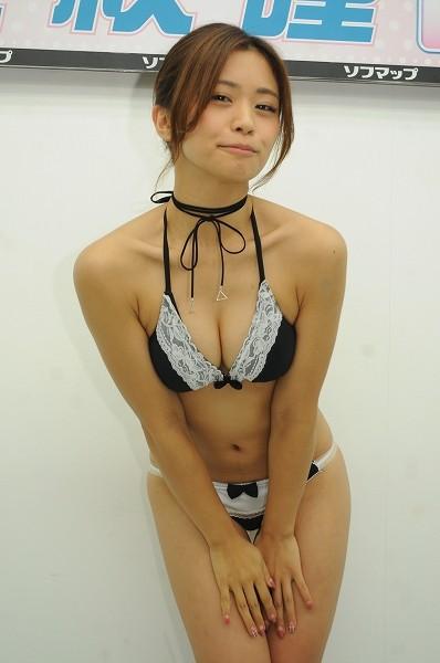 DVD「笑顔のままで」の発売記念イベントでソフマップに登場した安枝瞳