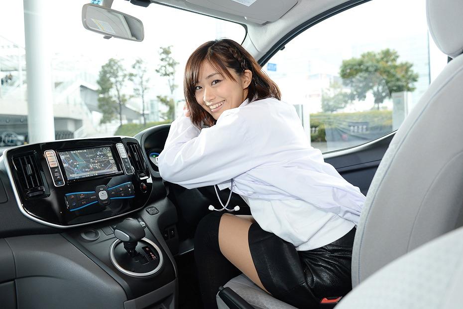 車の運転席に座った安枝瞳