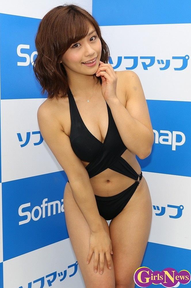 DVDの発売記念イベントでソフマップに登場した安枝瞳