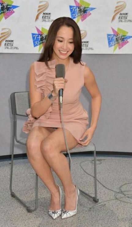 NHKの番組の記者発表でミニスカワンピースを着てパンチラしてる沢尻エリカ