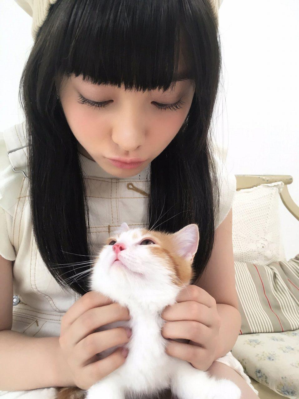 猫を抱く橋本環奈