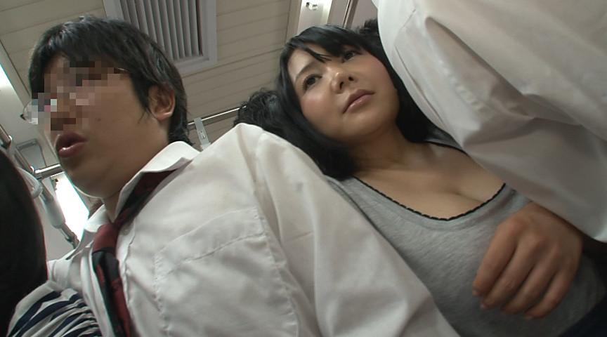 AV「満員電車で奇跡の巨乳サンドイッチ!!」画像(満員電車におっぱいが半分見える服で乗ってる巨乳女)