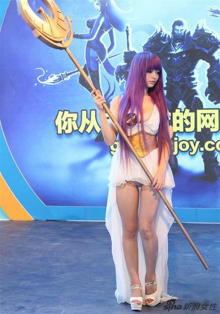 パンツ露出してマンスジ見えてる中国のコスプレイヤー