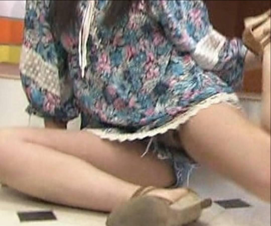 「PON!」で体の柔らかさをアピールして豪快にパンチラしている吉川友