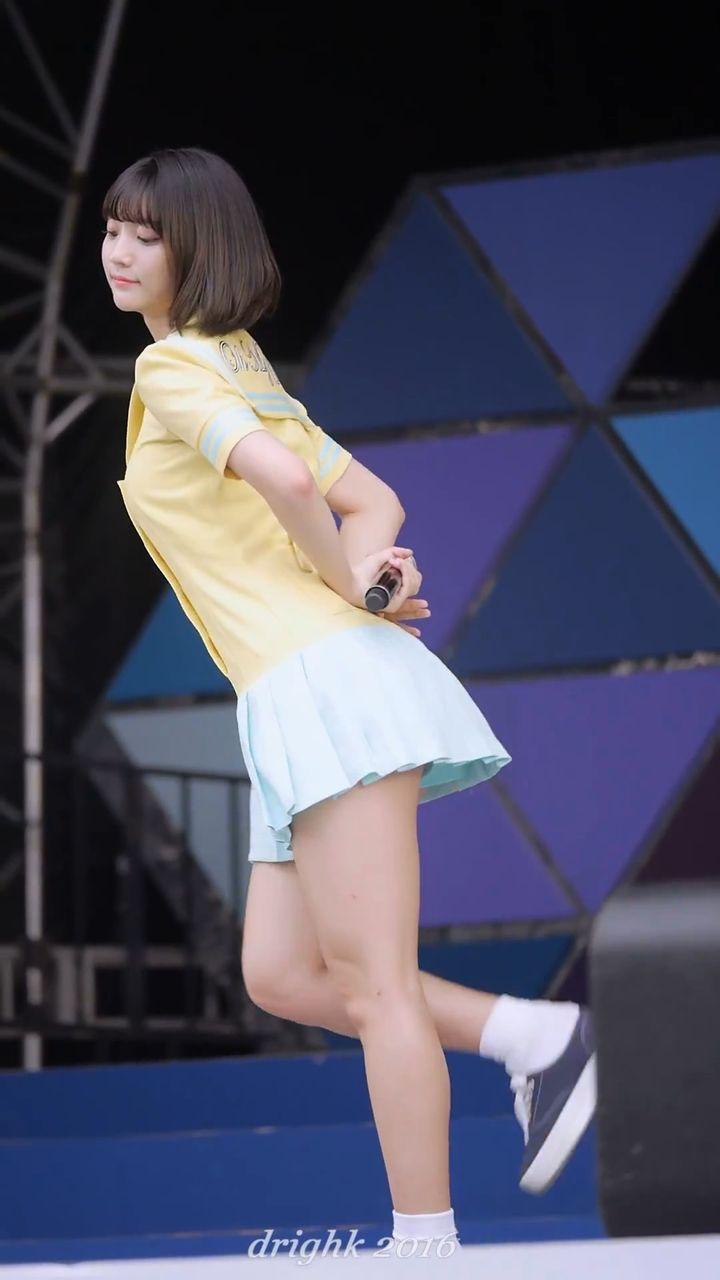 ミニスカート衣装で歌うOH MY GIRLのビニ