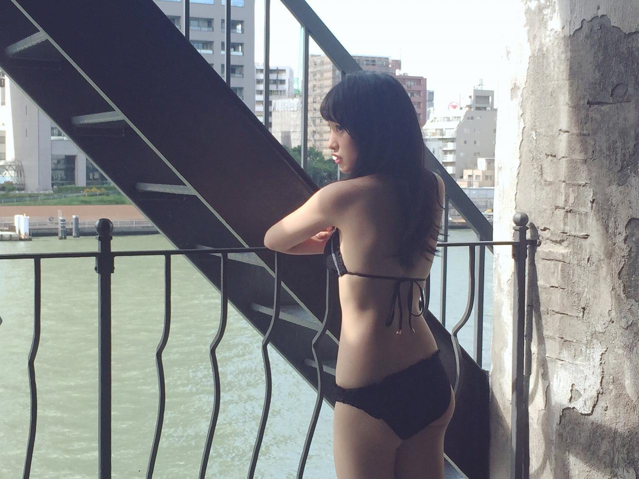 「ヤングマガジン 2016年 10/31 号」向井地美音の水着グラビア撮影オフショット