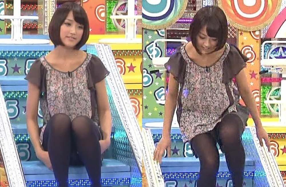 ショートパンツに黒タイツを履いてしゃがんだ竹内由恵アナの太もも