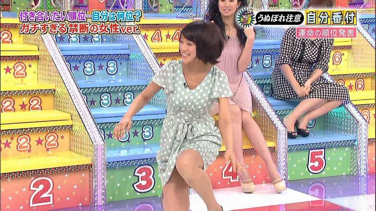 ミニスカートで階段を下りてパンチラギリギリの竹内由恵