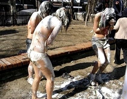 上半身裸で粉まみれになってる女の子