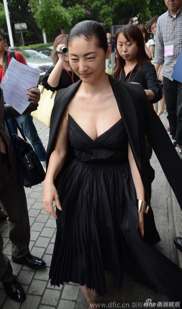 胸元の大きく開いたドレスを着た常盤貴子の着衣おっぱい