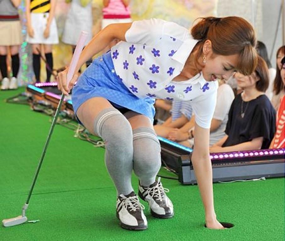 タイトスカートでしゃがんでパンチラしている加藤綾子
