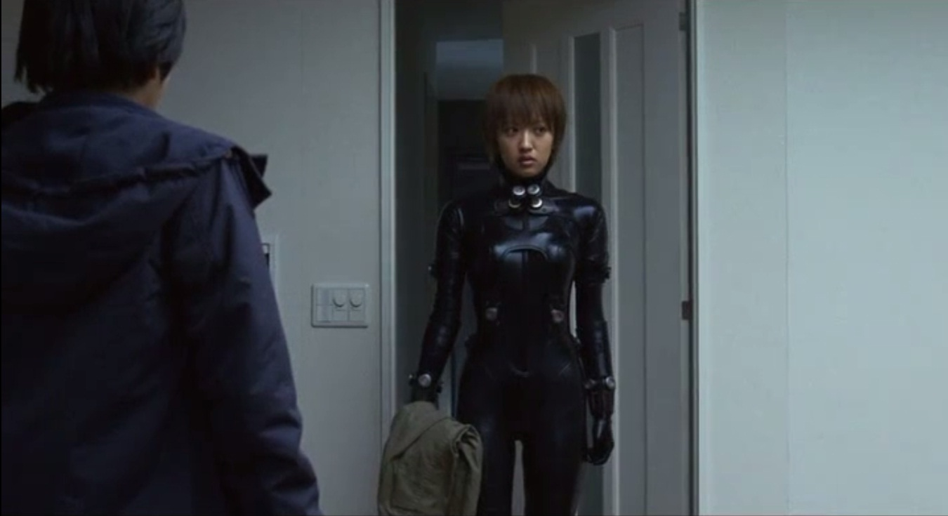 映画「GANTZ」でGANTZスーツを着た夏菜