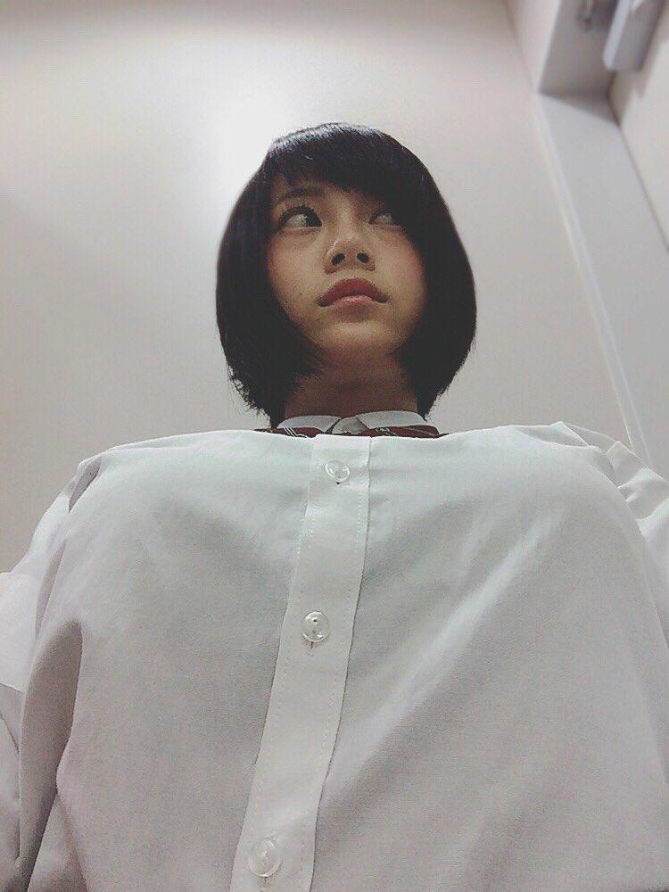 ブラウスを着たRaMuを下から撮った着衣巨乳