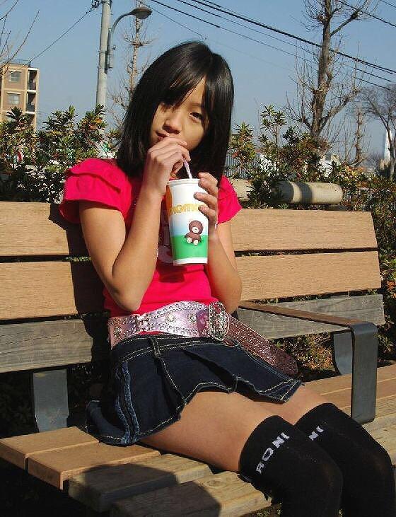 ミニスカートを履いたジュニアアイドル