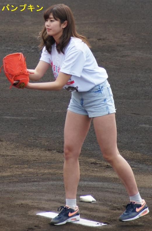 ショートパンツを履いた稲村亜美
