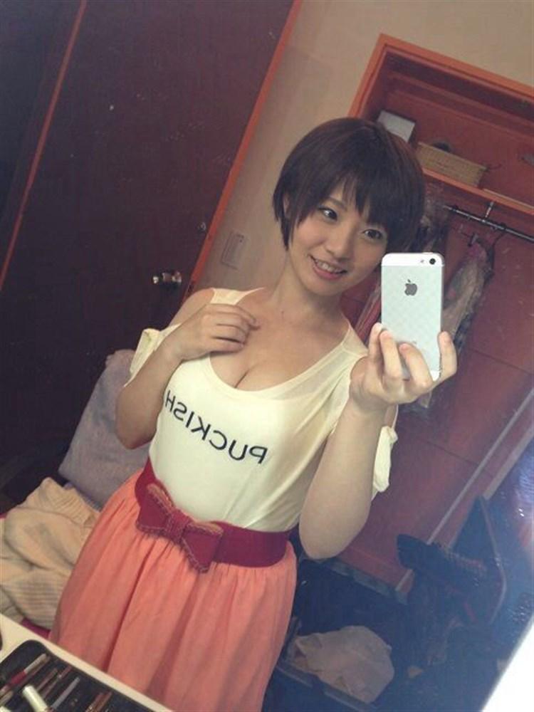 Tシャツを着た鈴村あいりの着衣巨乳、エロ自撮り