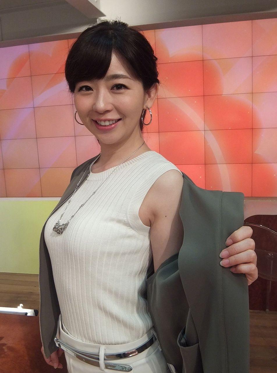 ノースリーブのニットを着て腋を見せてる松尾由美子アナ