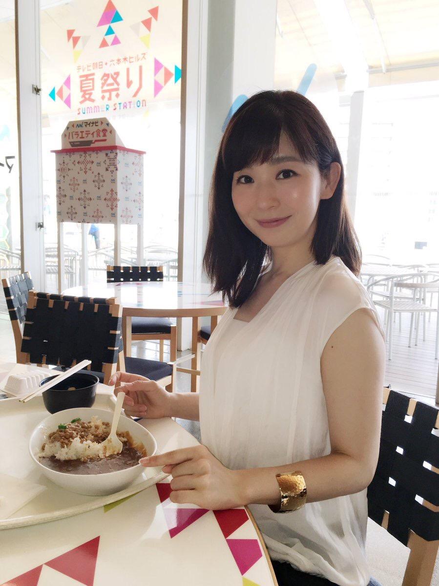 ノースリーブの服を着た松尾由美子アナの二の腕