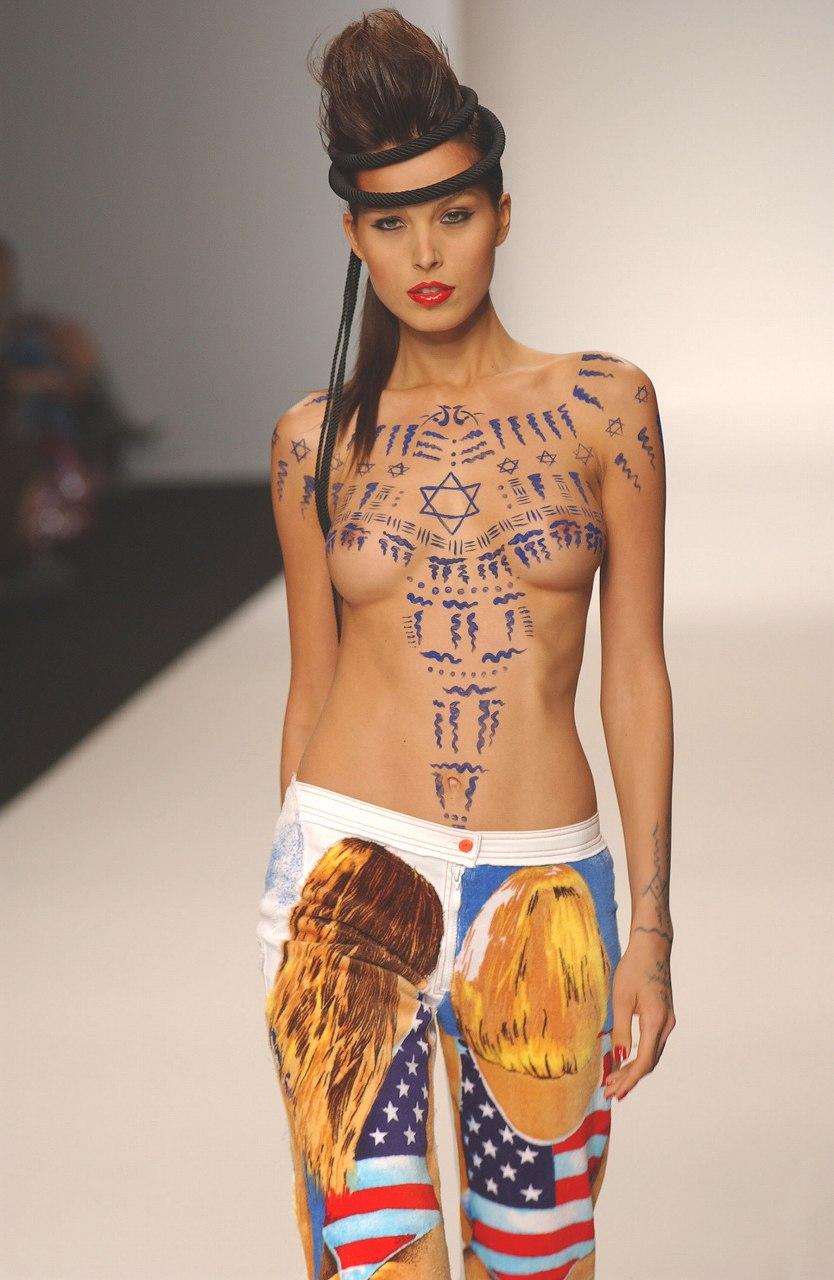 ファッションショーで乳首丸出しでキャットウォークを歩くモデル