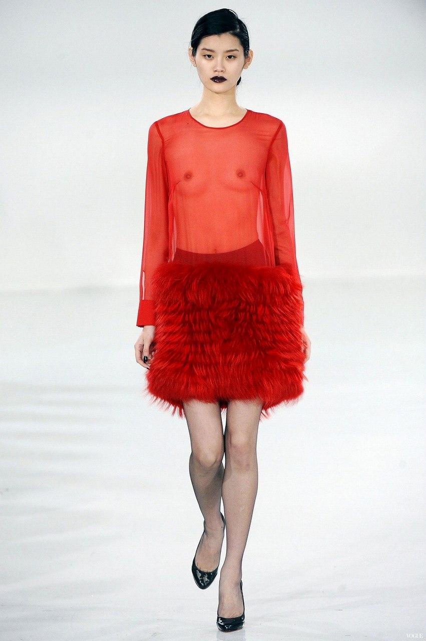 ファッションショーで乳首丸見えの服を着てキャットウォークを歩くモデル