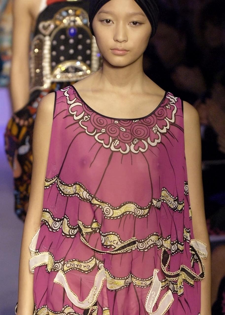 ファッションショーで乳首丸見えの服を着てキャットウォークを歩くモデル時代の杏