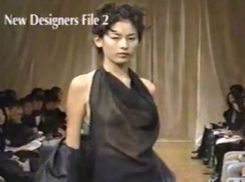 ファッションショーで乳首丸見えの服を着てキャットウォークを歩くモデル時代の石川亜沙美