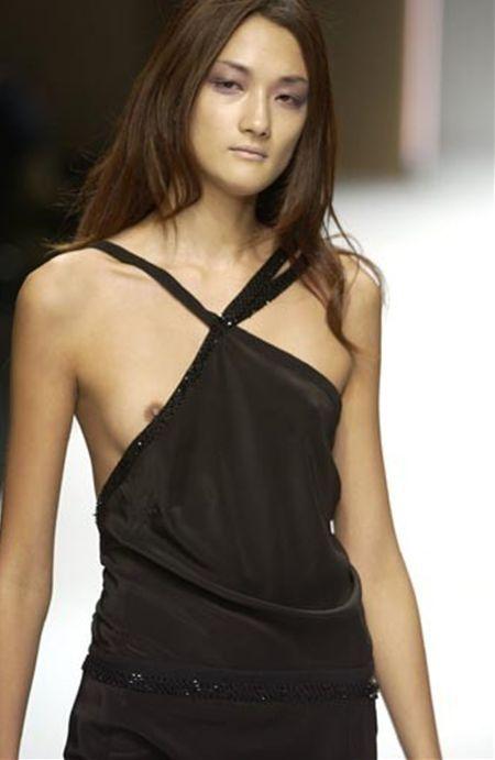 ファッションショーで乳首丸見えの服を着てキャットウォークを歩くモデル時代の冨永愛