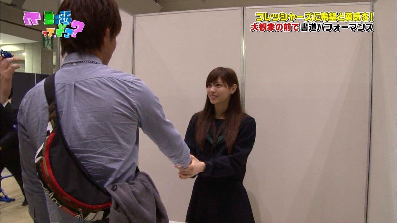 「乃木坂って、どこ?」ファンの男性と握手する西野七瀬