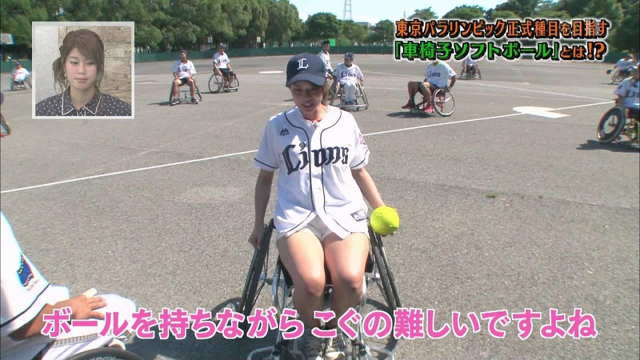 ショートパンツを履いて車いすに座った稲村亜美のムチムチ太もも