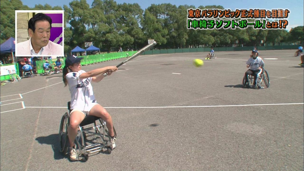ショートパンツを履いて車椅子ソフトボールをする稲村亜美のムチムチ太もも