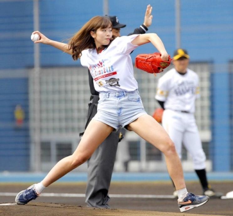 ショートパンツを履いてピッチングする稲村亜美