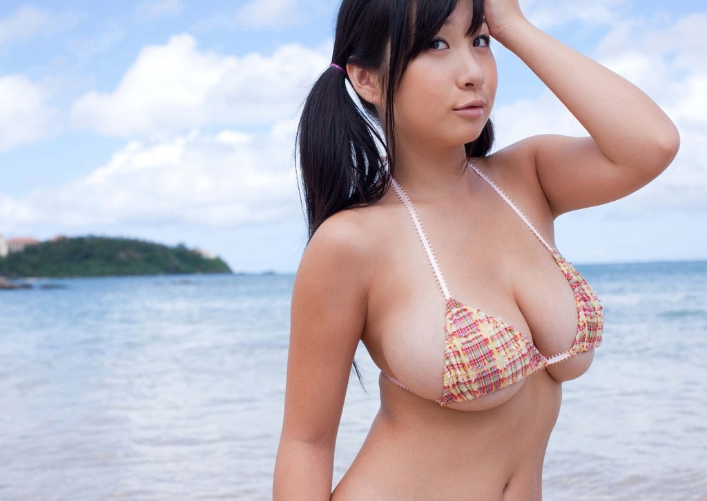 桐山瑠衣の水着グラビア