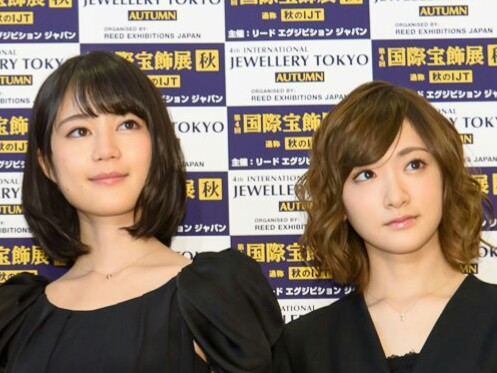 「第2回 クリスマス ジュエリー プリンセス賞」の表彰式に出席した乃木坂46の生田絵梨花と生駒里奈