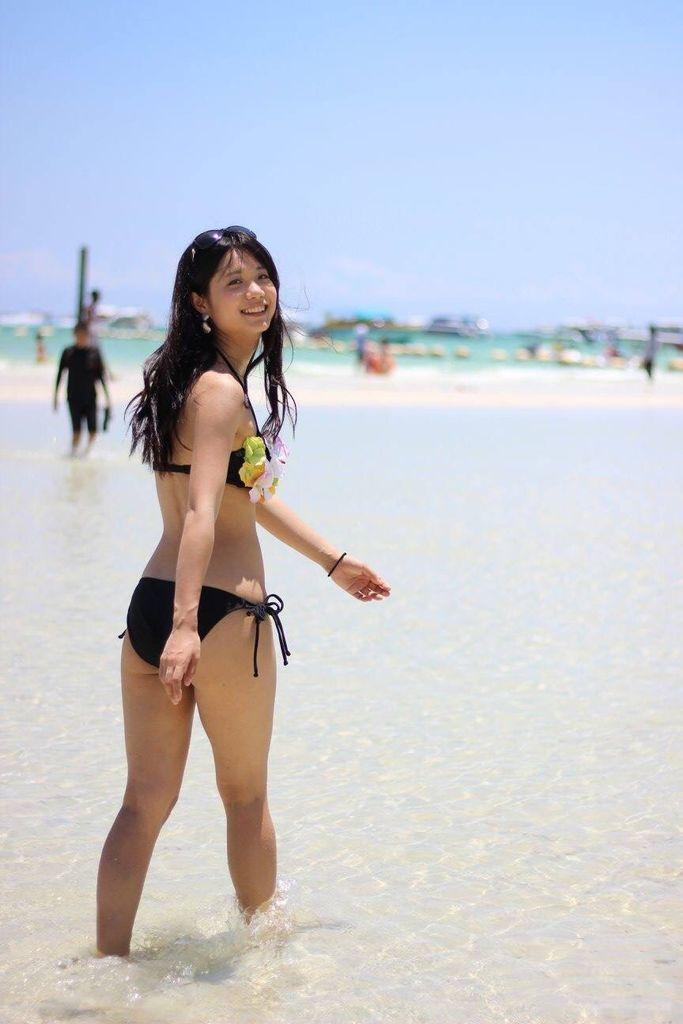 ビキニの水着を着た真面目そうな女の子