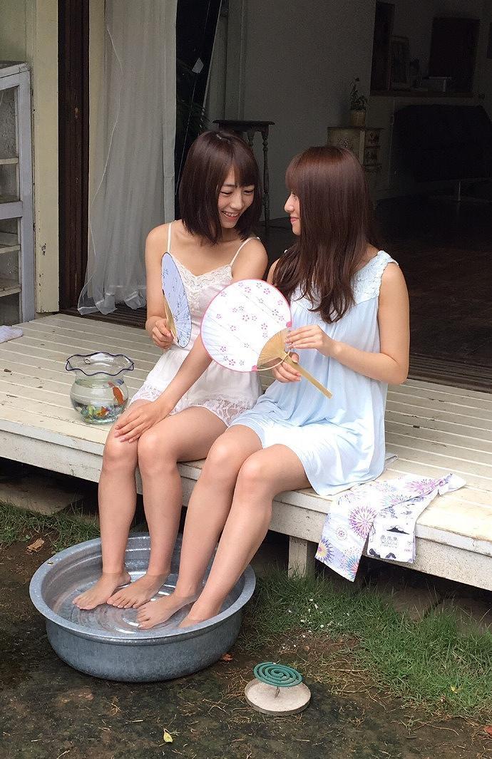 桜井玲香と北野日奈子のグラビア撮影オフショット