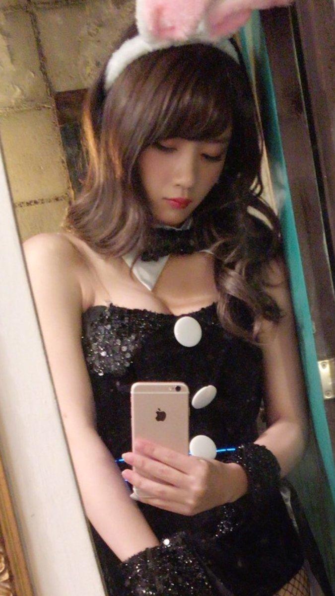 バニーガールコスプレをした元乃木坂46・畠中清羅の自撮り画像