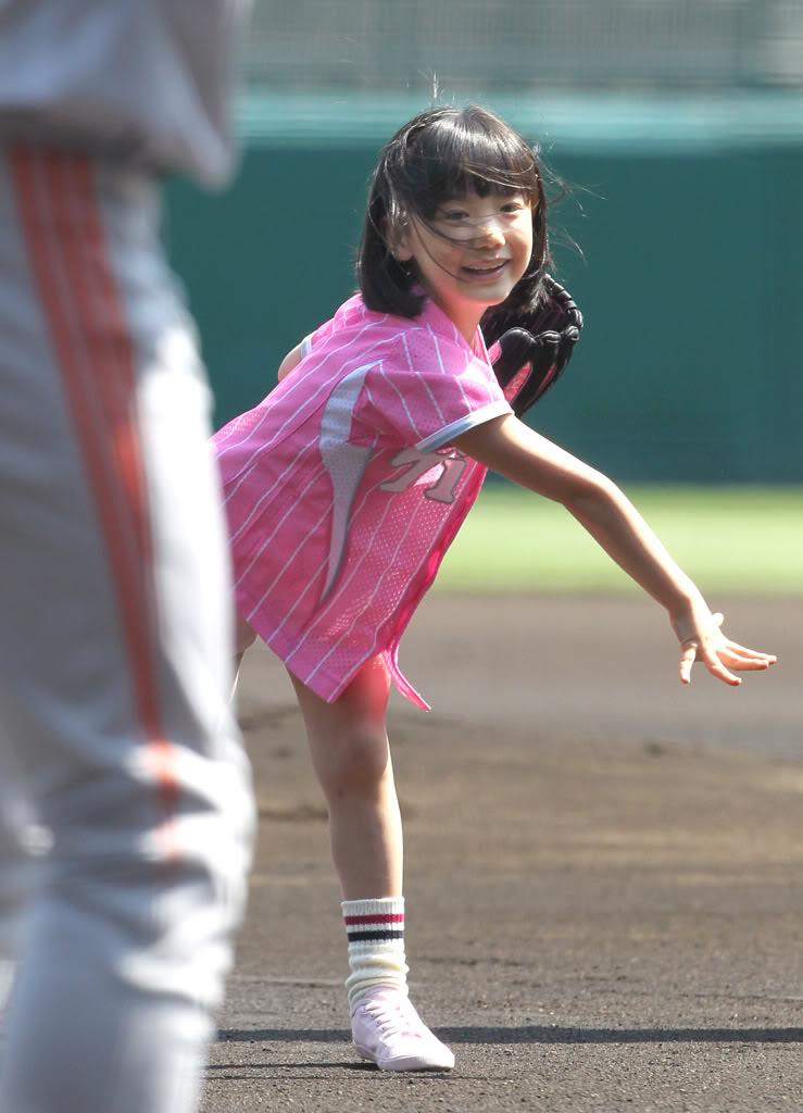 始球式で野球ユニフォームを着てボールを投げる芦田愛菜