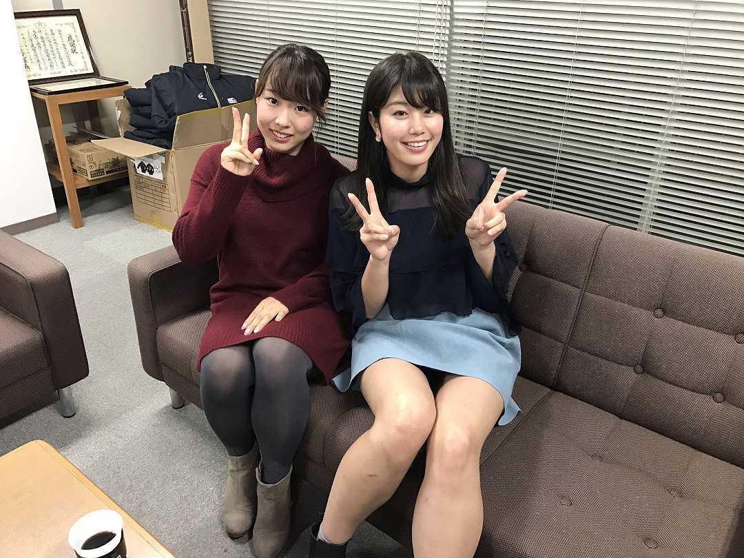 ミニスカートでソファに座ってパンチラしている稲村亜美
