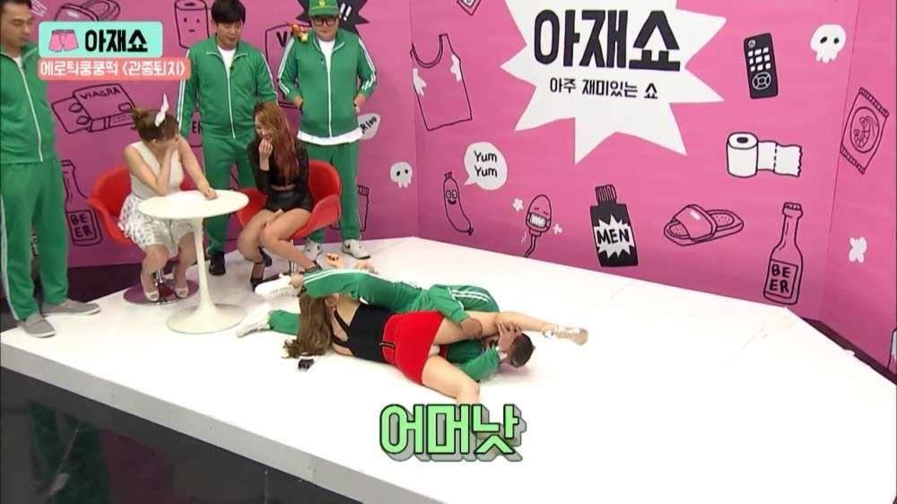 韓国のエロ番組、シックスナインの態勢でミニスカートを履いた女の股をのぞき込む男